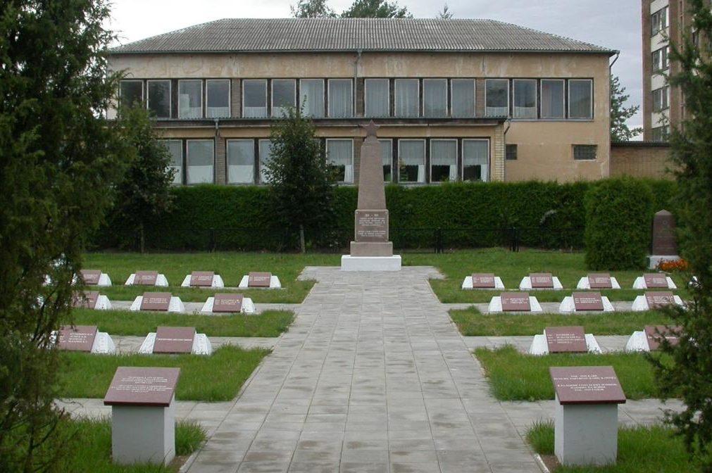 г. Вабальнинкас Биржайского р-на. Воинское кладбище, где захоронено 145 воинов, погибших в июле 1944 года в окрестностях городка. Среди них – 17 неизвестных. Здесь похоронен и Герой Советского Союза Л. В. Кудаковский.