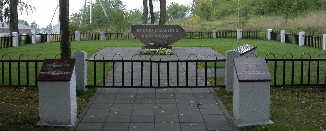 г. Салдутишкис Утенского р-на. Памятная стела на братской могиле, в которой похоронено 49 неизвестных воинов 145-й стрелковой дивизии, погибших в июле 1944 года у деревень Палсуоде, Жездряле, Ламесте, Анталаместе, Бендрове.