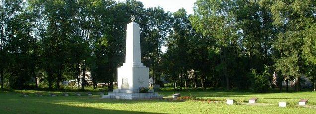 п. Байсогала Радвилишкского р-на. Воинское захоронение в сквере в центре городка, где похоронено 173 советских воина.
