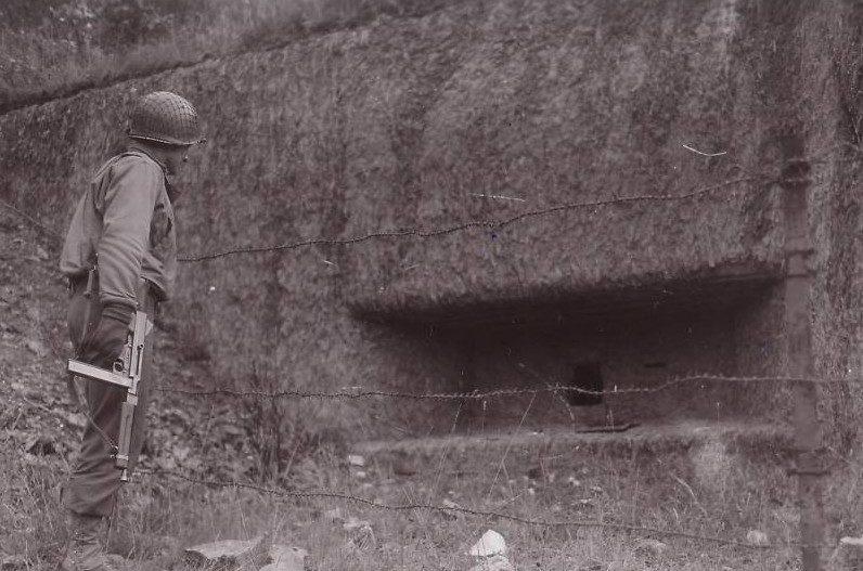 Американский солдат у захваченного ДОТа. 1944 г.
