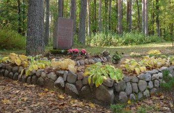 х. Салнас, волость Аннас, край Алукснес. Надгробный памятник на могиле советского воина на кладбище Эзериню.