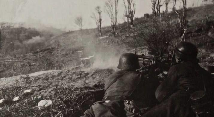 Немцы ведут огонь по крепости.
