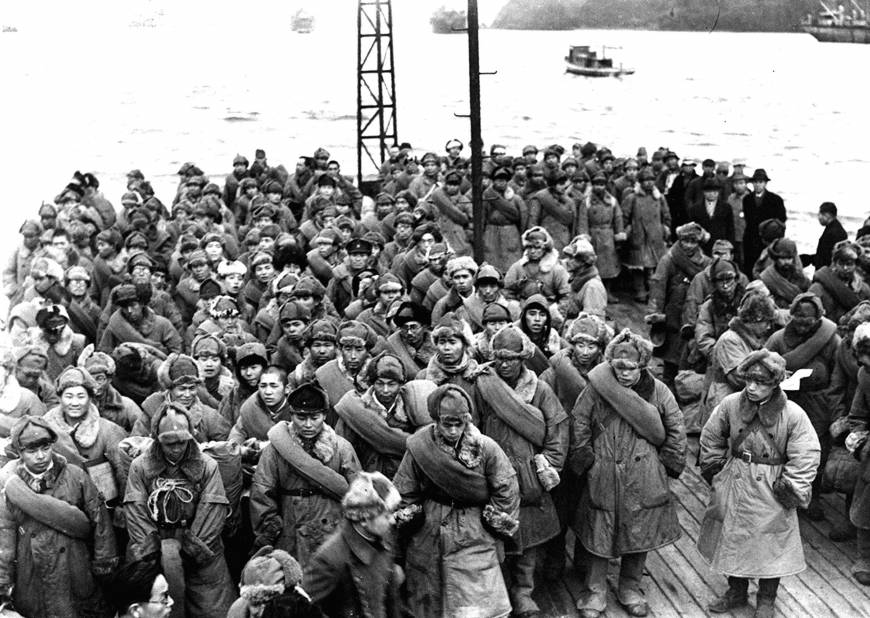 Репатриированные японские солдаты в порту Майдзуру, Япония, 1946 г.