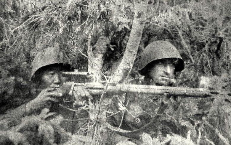 Снайперы Ф. Охлопков и В. Квачантирадзе на боевой позиции.