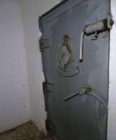 Дверь в бункер.