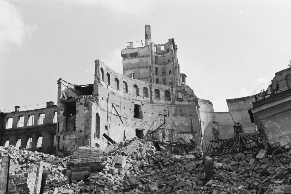 Руины Конного цирка на ул. К. Маркса. 1942 г.