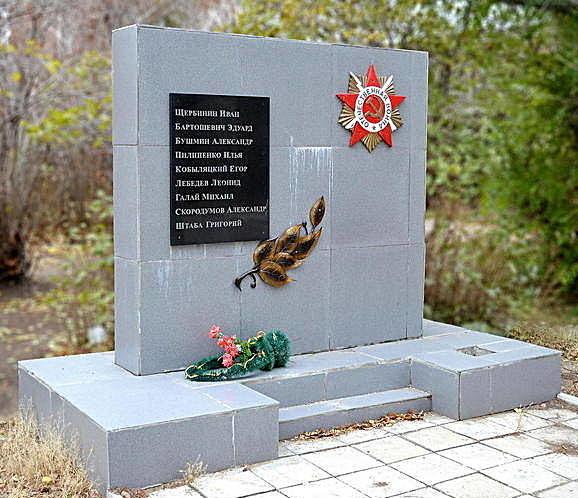 с. Михайловское. Памятник выпускникам школы, погибшим в годы войны