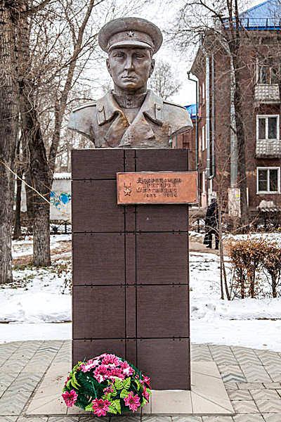 Бюст Герою Советского Союза Добродомову Г. С.