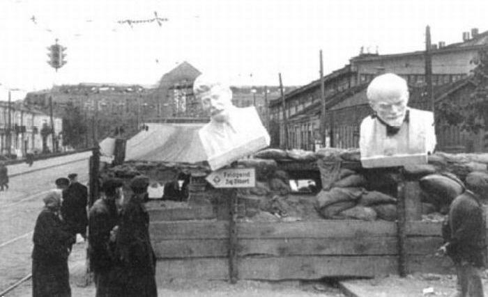 Остатки баррикад на пересечении улиц Жилянской и Коминтерна.