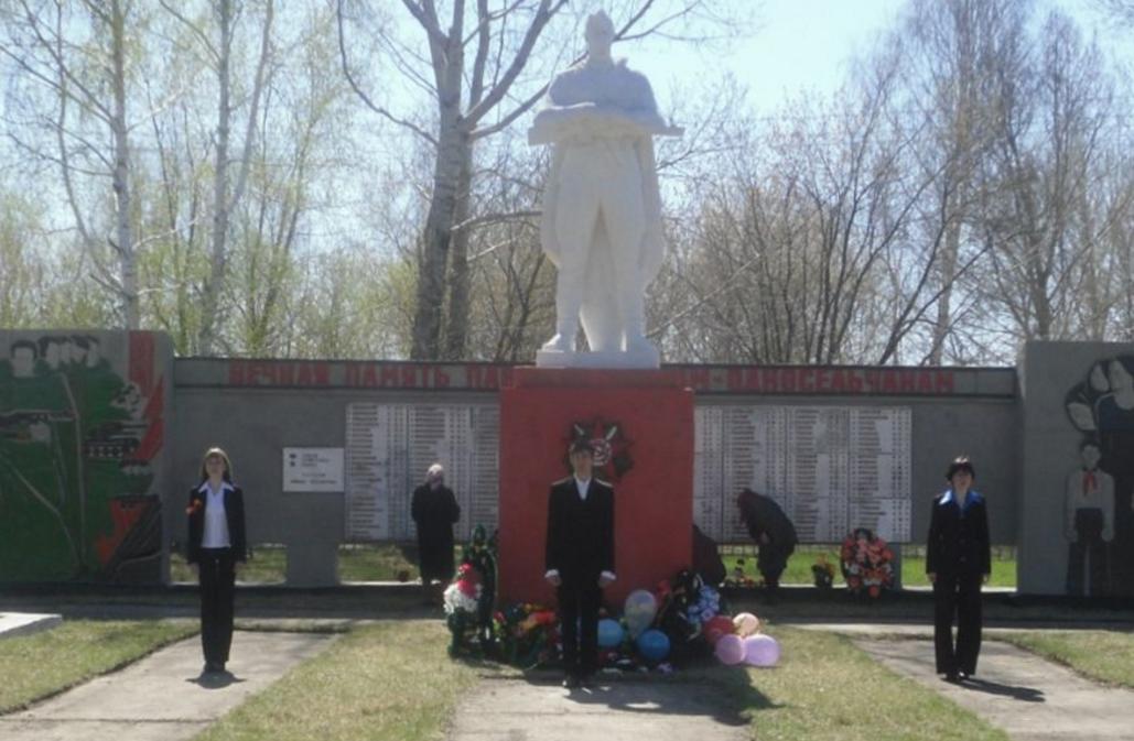 с. Подойниково Панкрушихинского р-на. Памятник воинам, погибшим в годы войны.