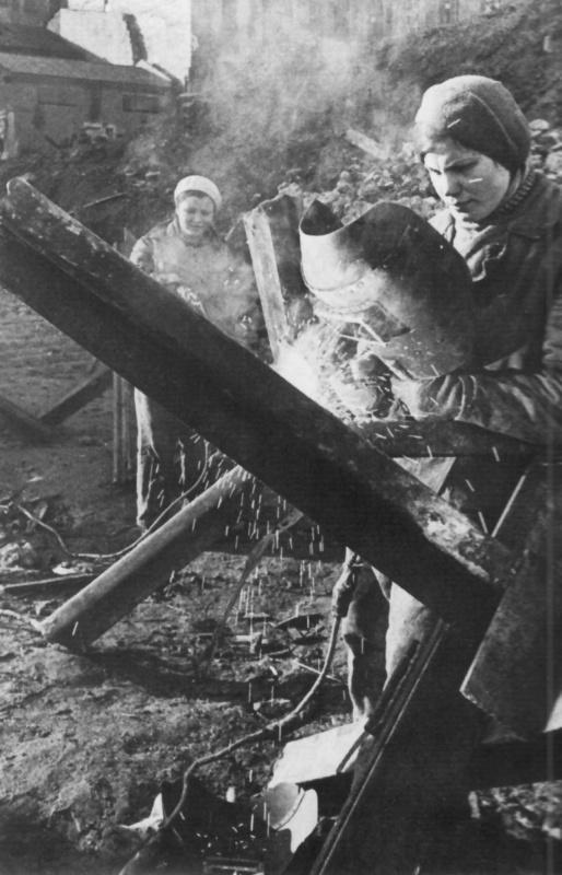 Изготовление противотанковых ежей на окраине Москвы. Осень, 1941 г.