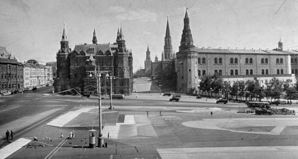 А так раскрасили площадь перед Кремлем — с высоты создается иллюзия плотной городской застройки. На фото также хорошо видно, как покрасили «под дома» кремлевские стены.