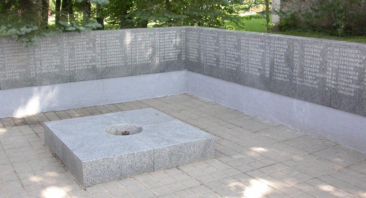 Стела с именами погибших.