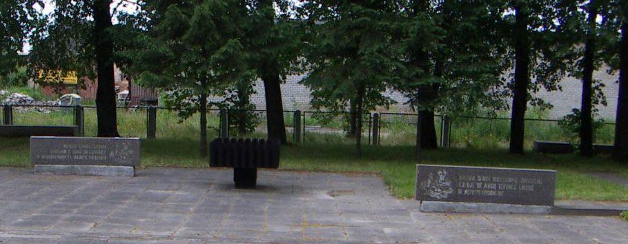 г. Радвилишкис. Памятные стелы на военном возле дороги Панявежис–Шяуляй, где захоронен 261 воин, в т.ч. 40 неизвестных.