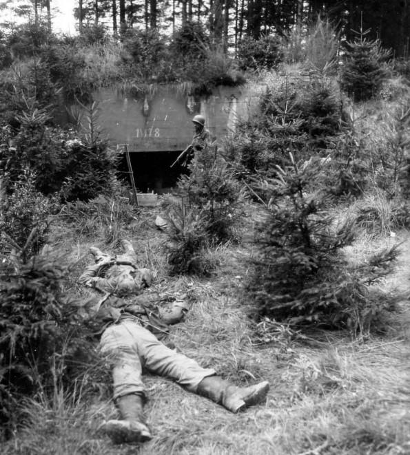 Погибшие немецкие солдаты у захваченного бункера. Сентябрь, 1944 г.