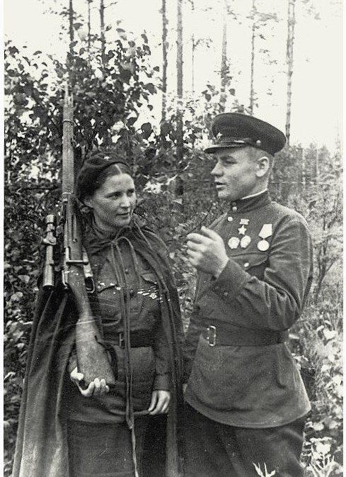 Снайпер-истребитель И.П.Антонов и его ученица М. Сиротенко. Июль 1943 г.