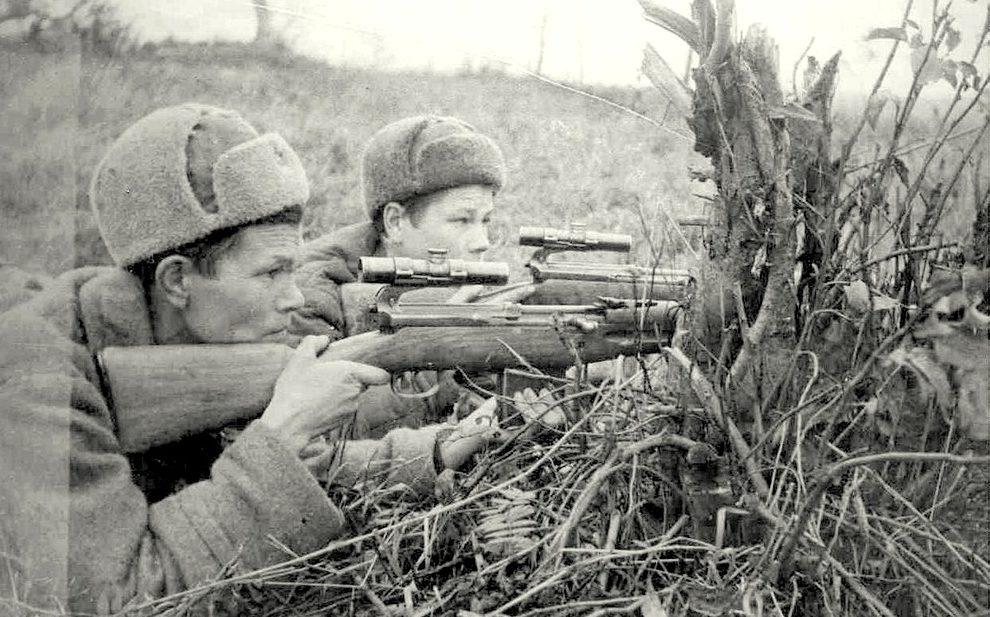 Снайпер Р. Давыдов (слева) на позиции. Западный фронт. Ноябрь 1942 г.