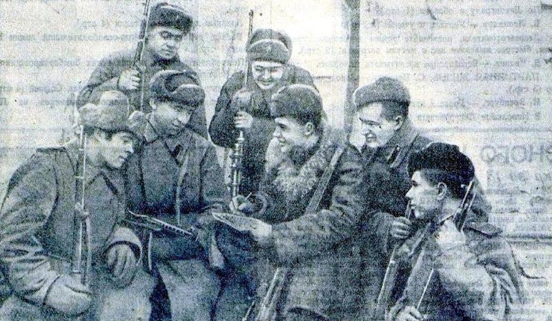 Снайперы Ленинграда, слева направо: в первом ряду – Н.С.Гордиенко, Н.Т.Михалев, П.Н. Шабанов, И.Н. Дружинник, А.Ф. Гостюхин, во втором ряду – С.С. Пивоваров, И.И. Вахрушев. В боях за город истребили 1044 врагов. Январь 1944 г.