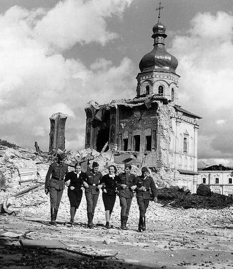 Немецкие солдаты с украинками. Киев. 1941 г.