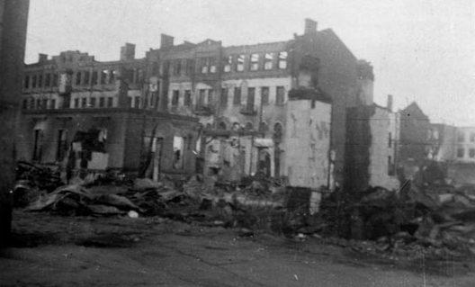 Вид с улицы К. Маркса на руины в районе пересечения с Володарского. Лето, 1941 г.