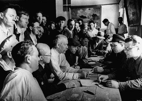 Москвичи записываются в ряды народного ополчения. Июль, 1941 г.