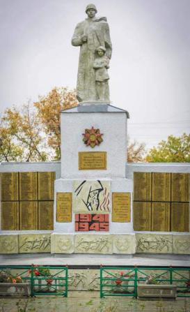 с. Усть-Мосиха Ребрихинского р-на. Памятник землякам, погибшим в годы войны.