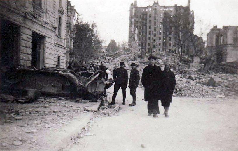 Сгоревший дом Гинсбурга. Октябрь 1941 г.