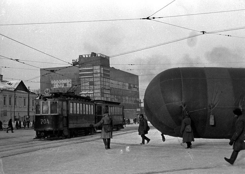 Бойцы Московской противовоздушной обороны несут аэростат на ул. Застава Ильича. Февраль 1942 года.