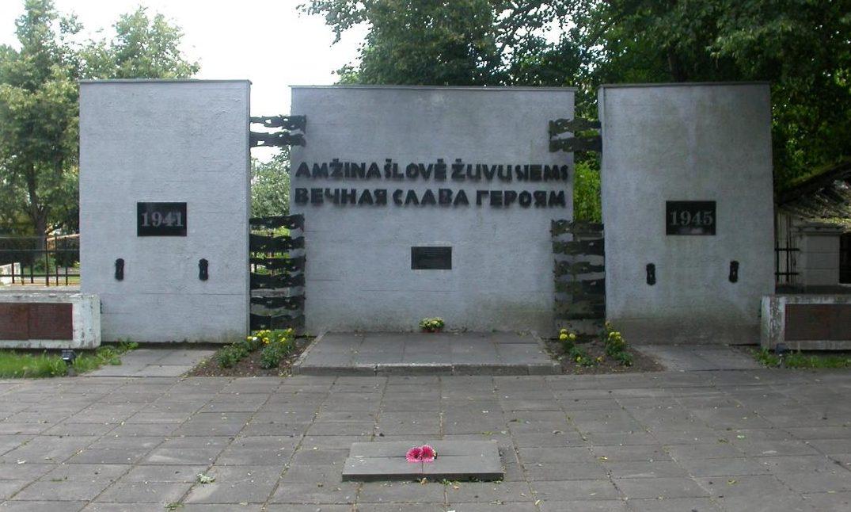 Центральная часть памятной стелы на кладбище.