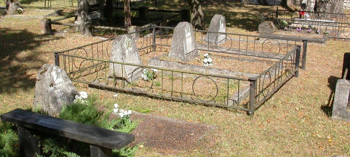 г. Утена. Шесть могил советских солдат на городском кладбище.