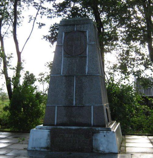 п. Шяуленай Радвилишкского р-на. Памятник на братской могиле, в которой похоронено 66 воинов.