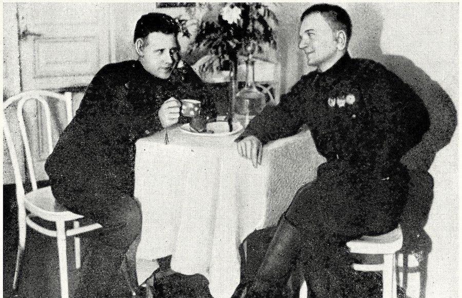 Снайперы Иван Антонов и Иван Добрик в госпитале после ранения. 1943 г.