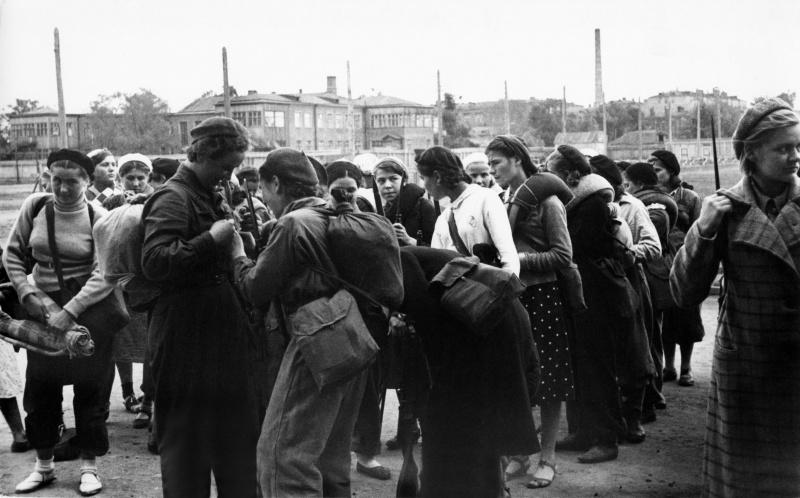 Девушки-ополченцы перед отправкой на фронт. Июль, 1941 г.