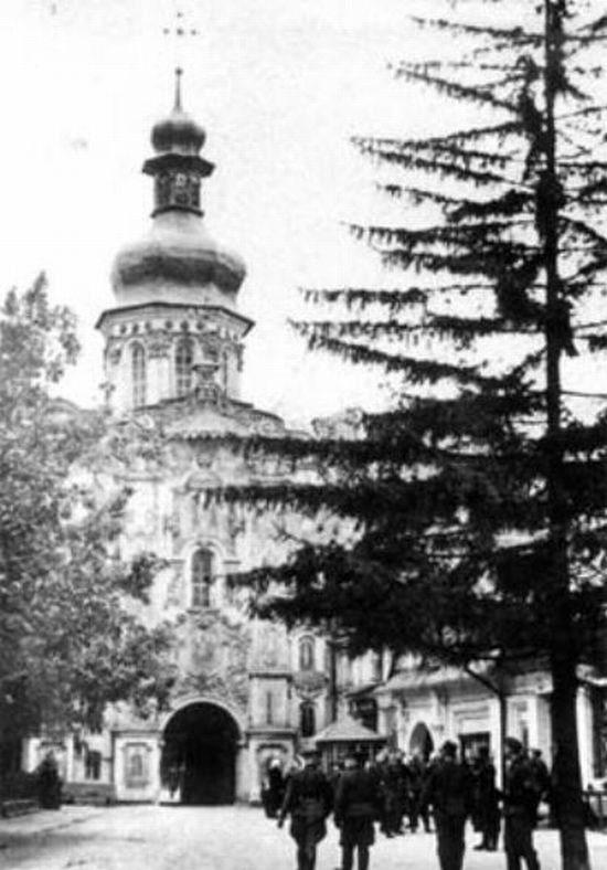 Немцы во дворе Верхней Лавры возле Троицкой церкви. Сентябрь 1941 г.