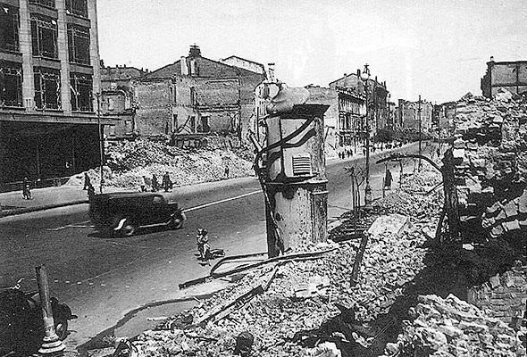 ЦУМ в окружении руин. 1943 г.