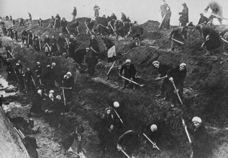 Москвичи роют противотанковые рвы. Осень, 1941 г.