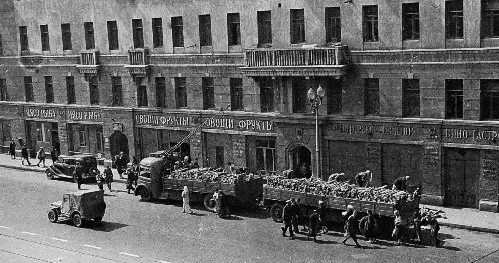 Тверская. Грузовик на троллейбусной тяге привёз дрова. Весна, 1942 г.