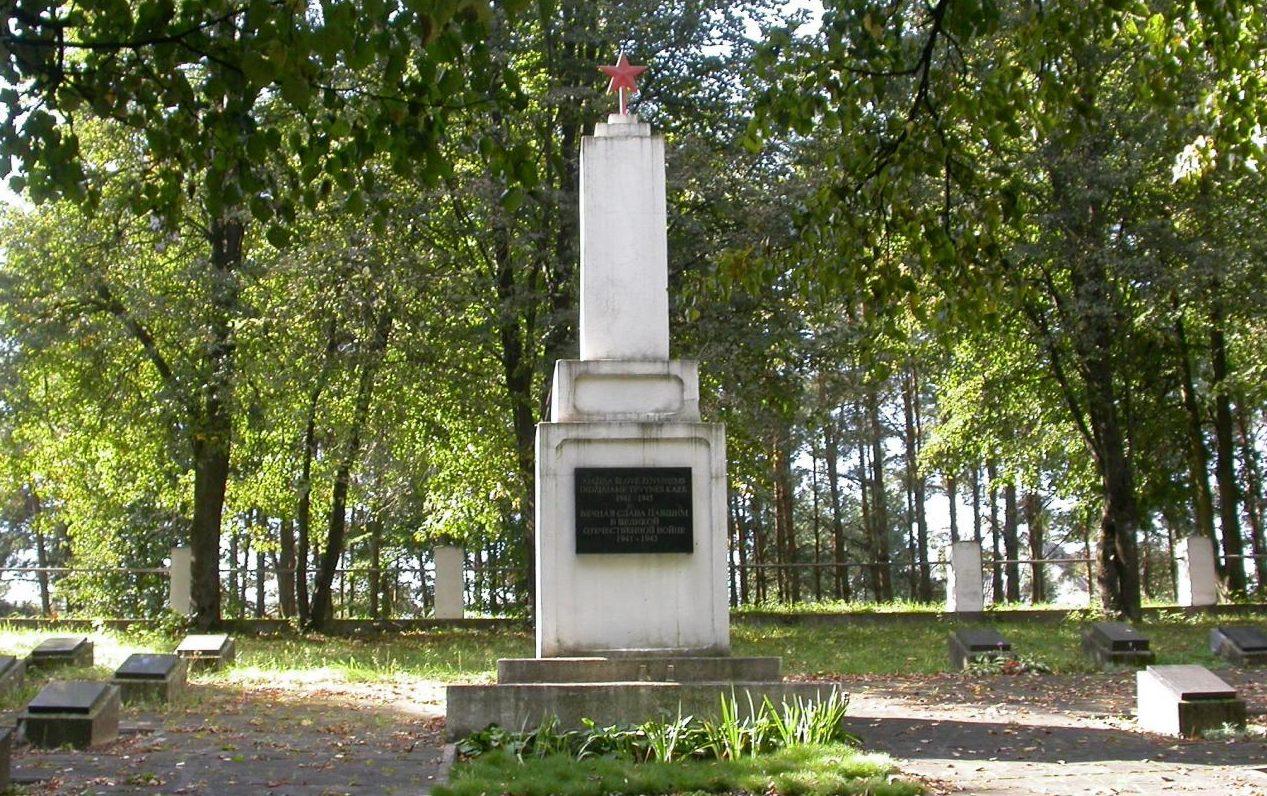 г. Лаздияй. Памятник на городском воинском кладбище, установленный на воинском захоронении, где покоится прах 205 солдата 11-й гвардейской армии, погибших при освобождении города.