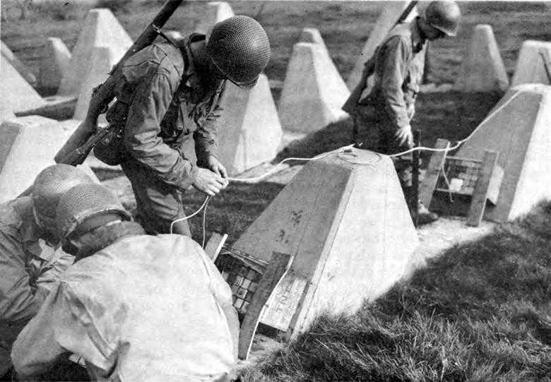 Американские саперы проделывают проход сквозь «зубы дракона». Сентябрь, 1944 г.