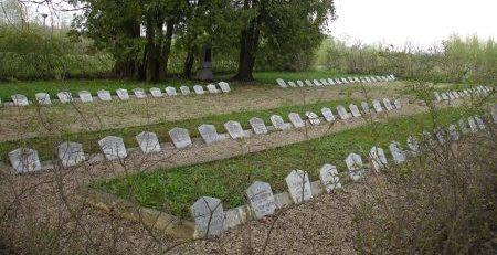 Мемориальные плиты на воинском кладбище.
