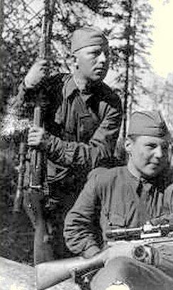 Сержант В. Данилов (справа) со своим учеником Н. Георгиевым. 1942 г.