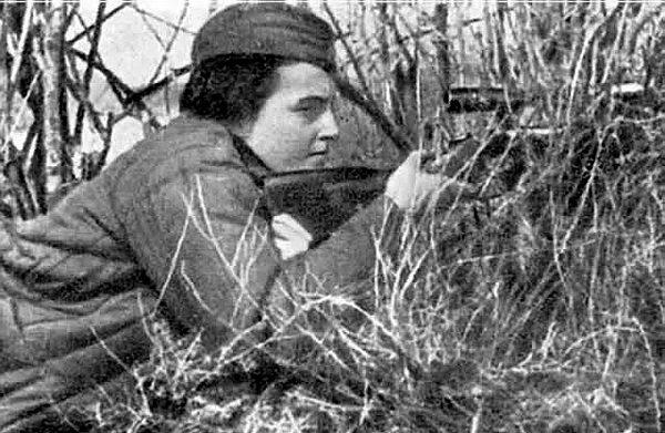 Снайпер Людмила Павличенко на огневой позиции.