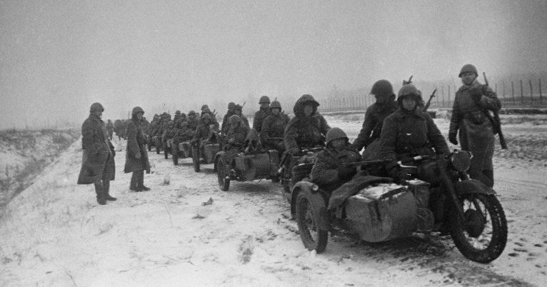 Мотоциклы на Можайском шоссе. 1941 г.