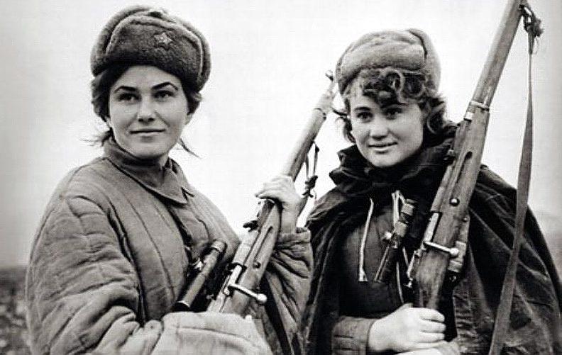 Снайперы Людмила Троск (слева) и Нина Слонова.