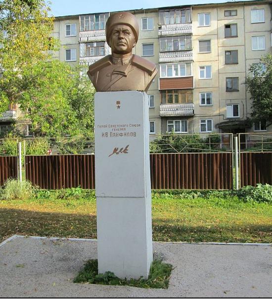 г. Барнаул. Бюст Герою Советского Союза генералу И. В. Панфилову, установлен на проспекте Красноармейском, 110.
