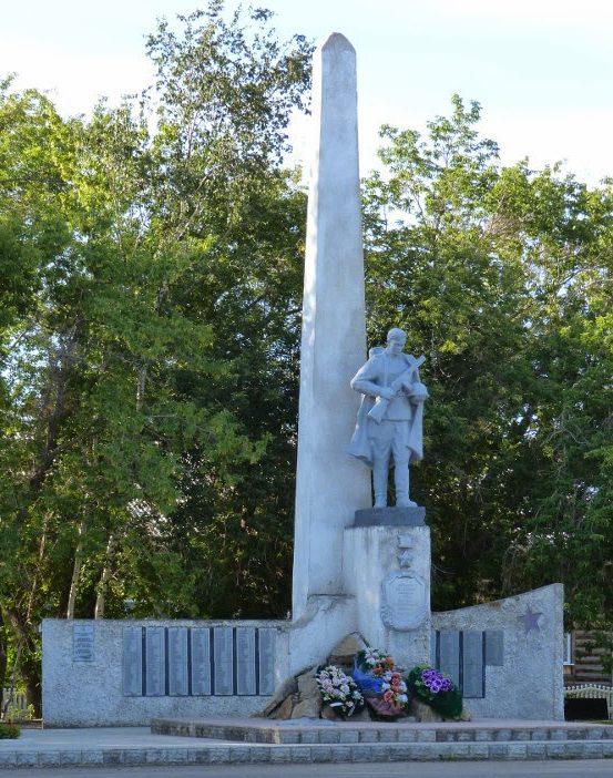 с. Родино. Мемориал воинам-землякам, погибшим в годы Великой Отечественной войны, установлен в центре села в 1977 году.