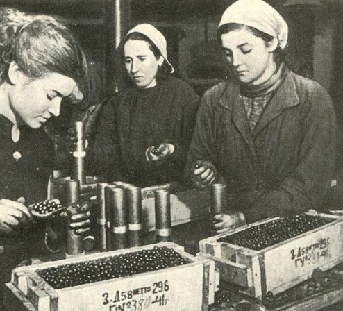 Изготовление шрапнельных снарядов на одном из московских заводов. 1942 г.