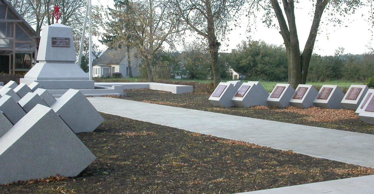 д. Лейпалингис Ладзийского р-на. Памятник на воинском кладбище по улице Капу, где похоронено 395 воинов, в т.ч. 14 неизвестных, 8-го гвардейского стрелкового корпуса, погибших в 1944 году.