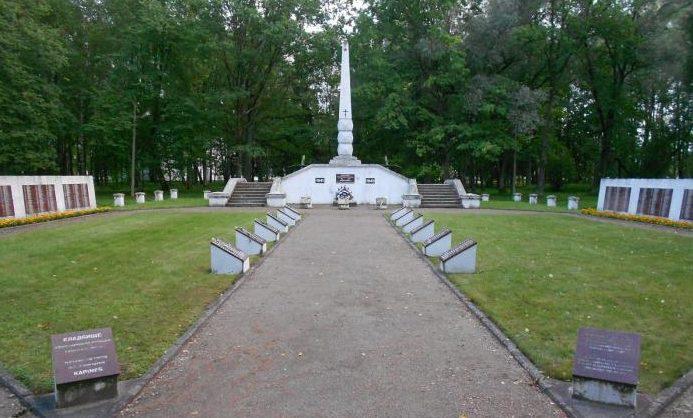 Общий вид монумента на воинском кладбище.