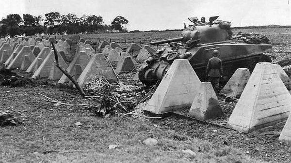 Танк М-4 «Шерман» 3-й бронетанковой дивизии, преодолевает «зубы дракона». Сентябрь, 1944 г.